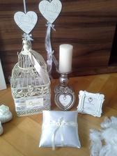 Klec na přání, polštářek na prstýnky, rámečky na čísla stolů a svícny na stoly .... :o)