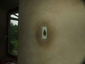 Zostali mi malé sklíčka do zváračskej helmy. Dal som medzi ne dubový list a vložil do diery v stene. Pri dennom svetle list pôsobí ako 3D.