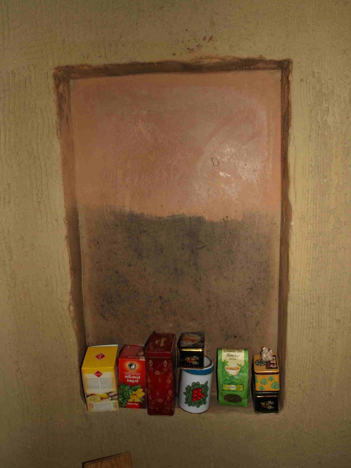 Hlinené omietky a podlahy svojpomocne. - Inšpiroval som sa členitými mexickými hlinenými domami. Stačilo zo starej steny vybrať zopár tehál a doomietnuť. Tu konkrétne som testoval tepelnú úpravu vyhladenej hrubej omietky a hladený hustý ílový náter.