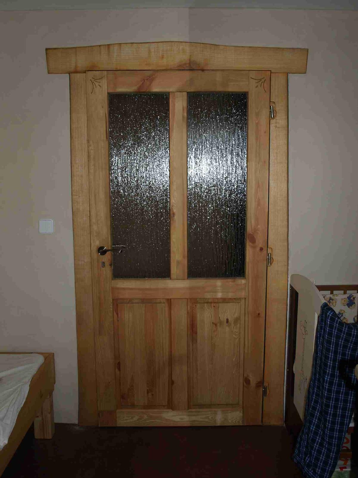 Hlinené omietky a podlahy svojpomocne. - Zárubňa vlastnej výroby z jaseňa. Dvere sú časovo náročnejšie, takže som kúpil hotové, len som ich dozdobil a povrchovo upravil.
