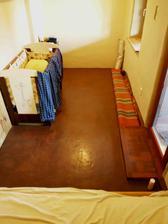 Hotová detská izba s hlinenou podlahou.