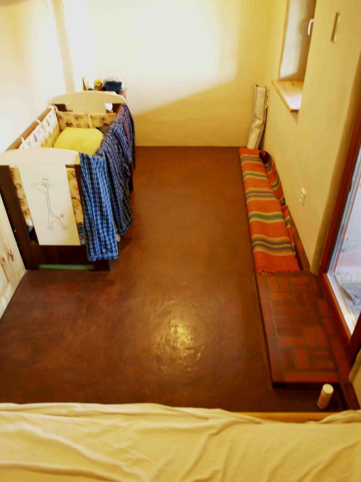 Hlinené omietky a podlahy svojpomocne. - Hotová detská izba s hlinenou podlahou.
