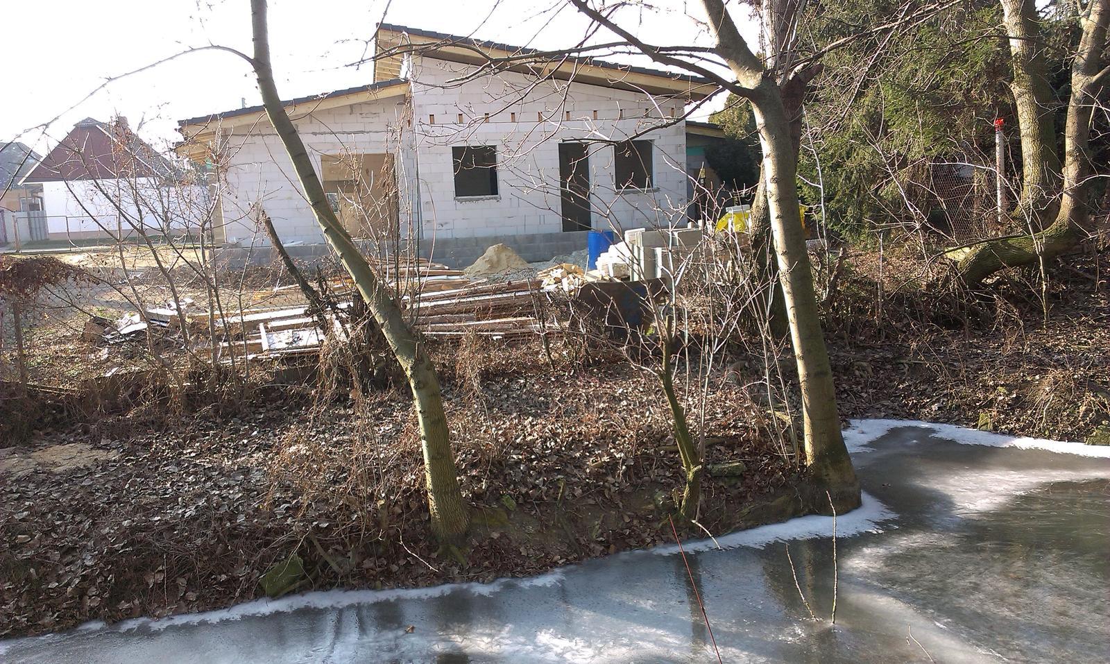 Bungalov s pultovymi strechami - Dnes prvy krat tuto zimu zamrzol potôčik za domom