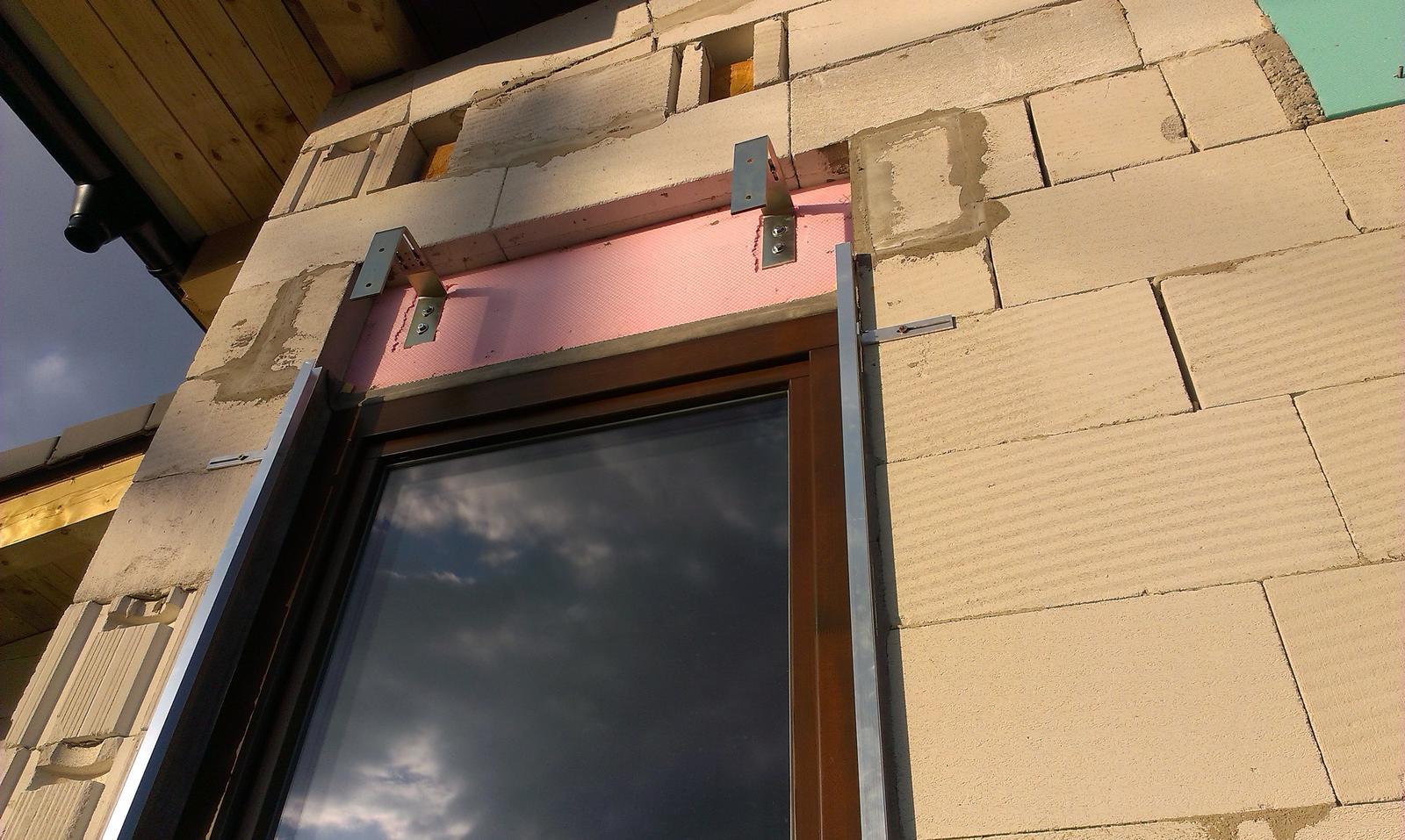 Bungalov s pultovymi strechami - Predpriprava na exterierove zaluzie