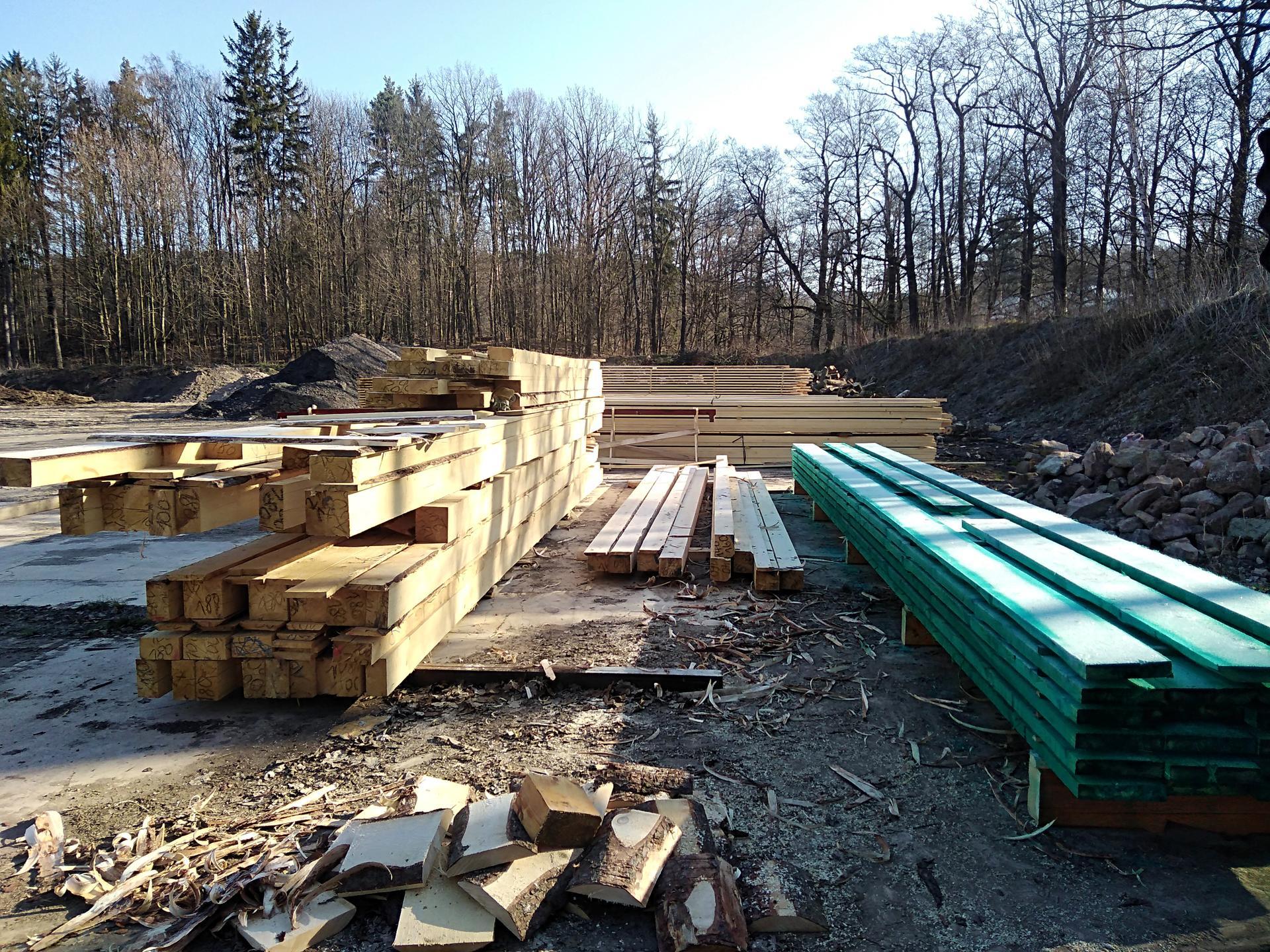 Výzva roku 2020  - střecha 450 m² SVÉPOMOCÍ - První dřevo z pily....a už stříkáme a natíráme