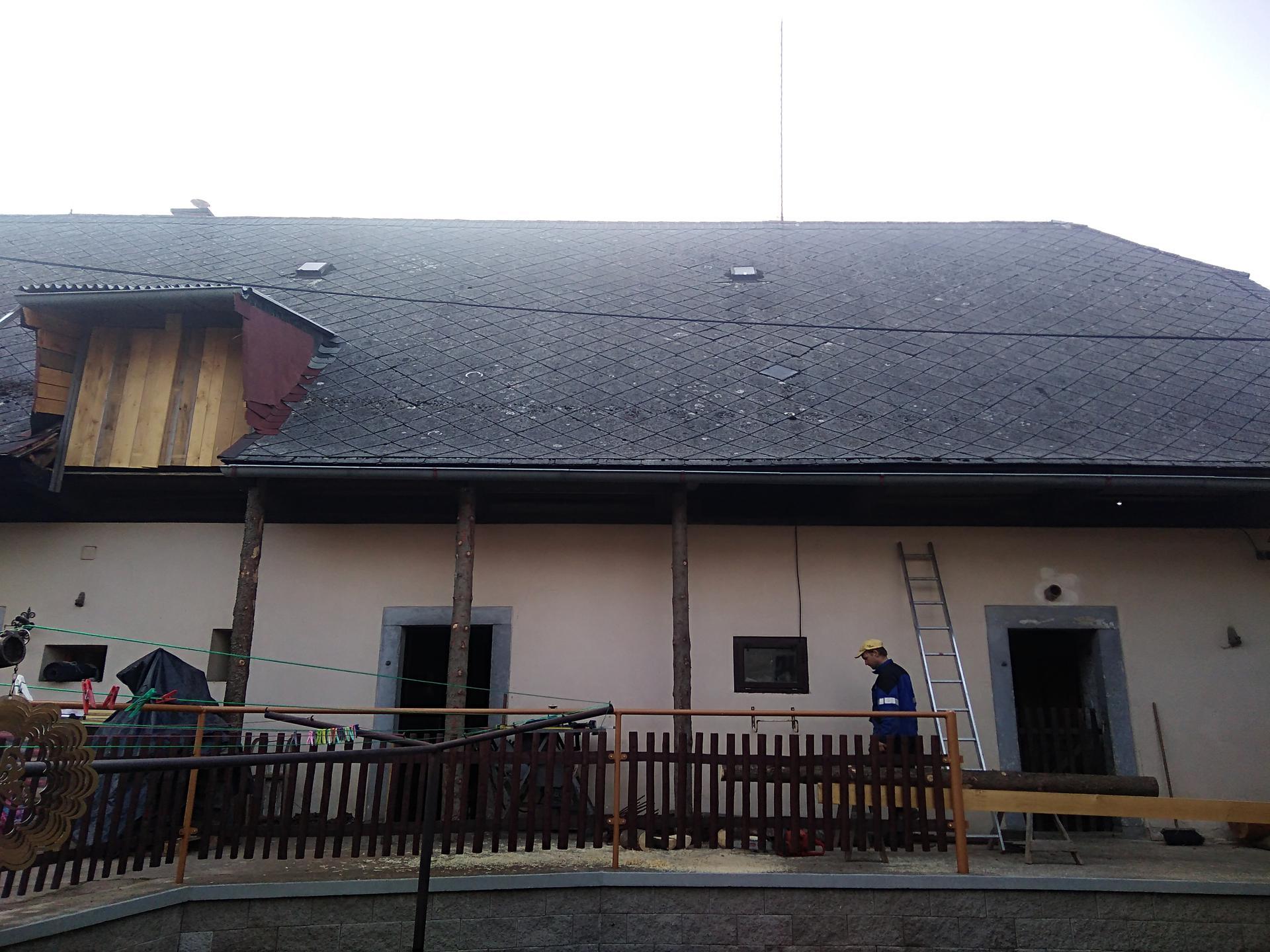 Výzva roku 2020  - střecha 450 m² SVÉPOMOCÍ - stavební butník připraven, a ted vypodložit střechu aby nespadla a vyřezávat a vyřezávat