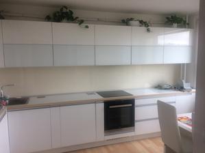 Nová kuchyň, chybí dodělaná klimatizace.