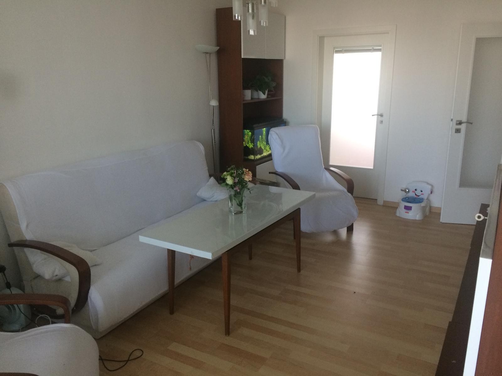 Naše 4+1 v paneláku - Obývák - původní ze starého bytu, pouze dvířka olepena tapetou:-), až malá vyroste, tak, aby neničila nepopisovala...bude se dělat nový