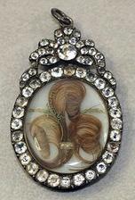 na internete som našla zaujímavosť, že vo viktoriánskej ére sa vyrábali šperky  z vlasov! Aj prívesok na obrázku je z vlasov...