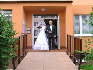 Vychází nevěsta s otcem