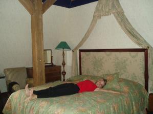 Zásnubní překvapení pro mě - postel s nebesama