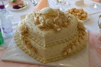 Švagriná aj brat mali na svadbe presne túto tortu..uvažujem nad ňou i ja, ale možno v ružovej kombinácií...hm? poraďte