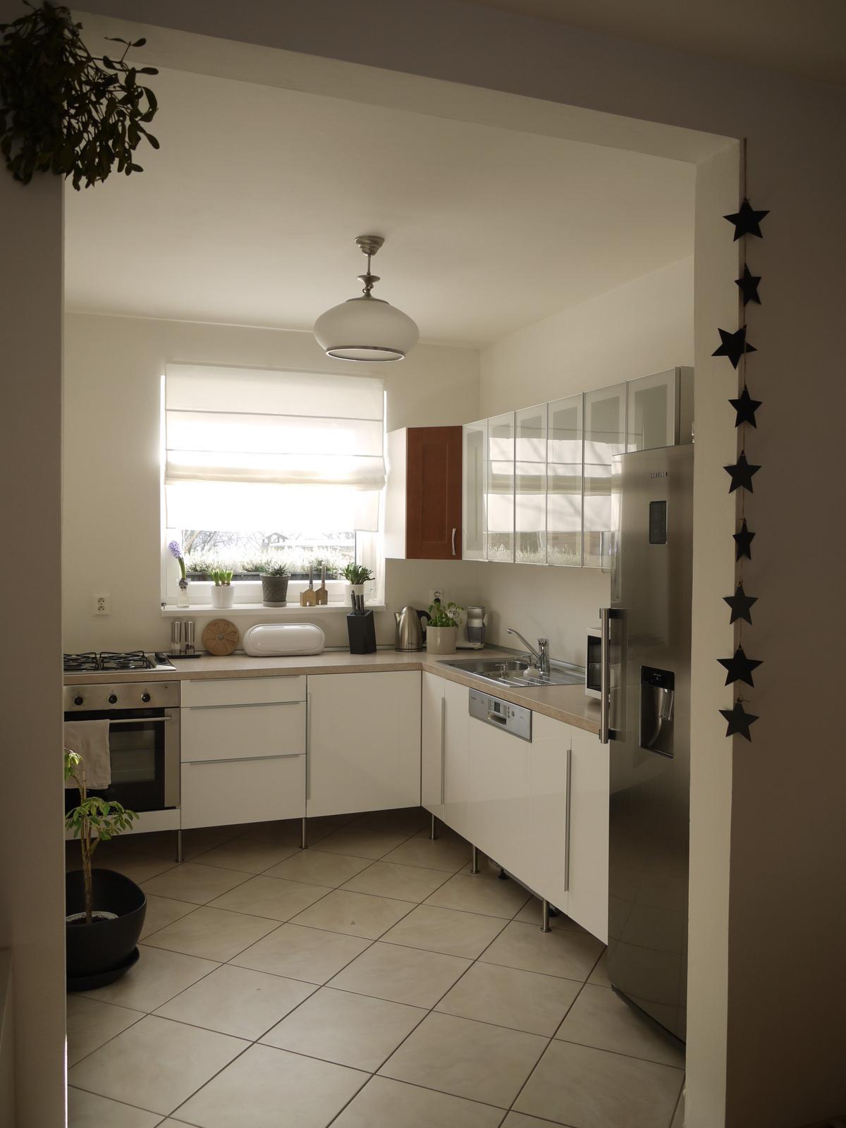 Proměny naší kuchyně - Určitě změna k lepšímu, ale z té bílé jsem nakonec trochu rozpačitá, moc se mi k nám nehodí :-/