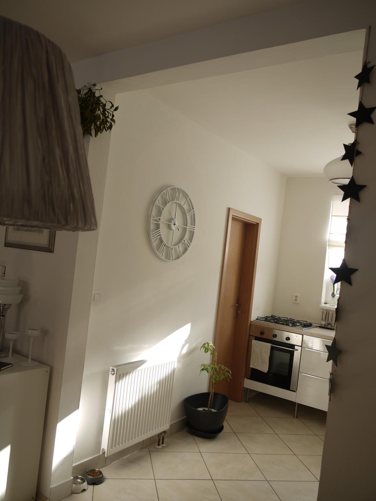 Proměny naší kuchyně - Dveře natřu. S tou dlažbou bohužel zatím nic neudělám :-( Na soklu se pracuje.