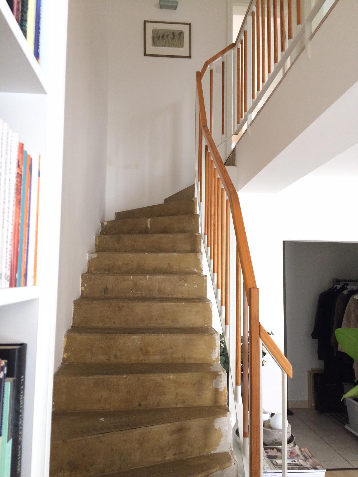 Renovace schodiště - betonové schodiště s vrstvou lepidla po koberci... omg, na fotce snad ještě ošklivější než ve skutečnosti :-(