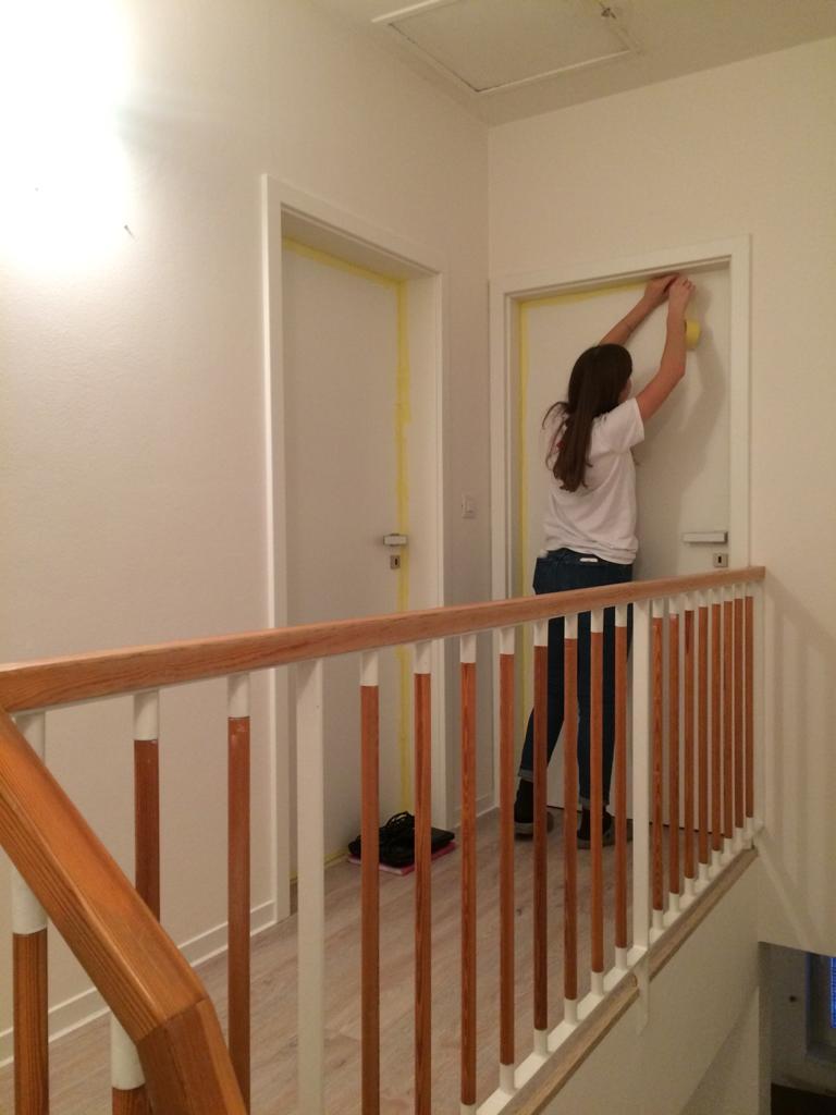 Renovace schodiště - poslední zhasne - teda zalepí; předáváme klíče firmě