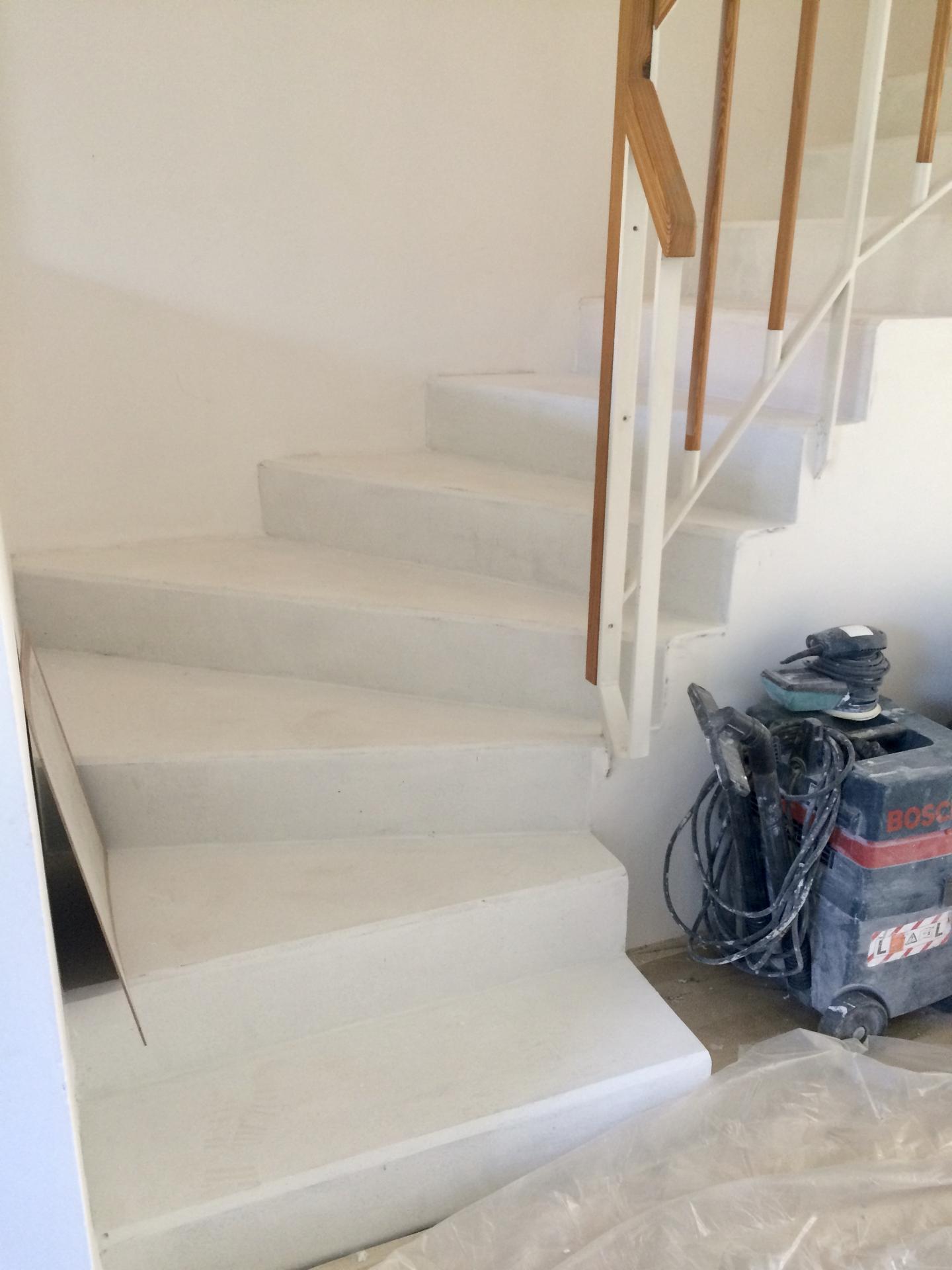 Renovace schodiště - zbroušeno, bye bye lepidlo!