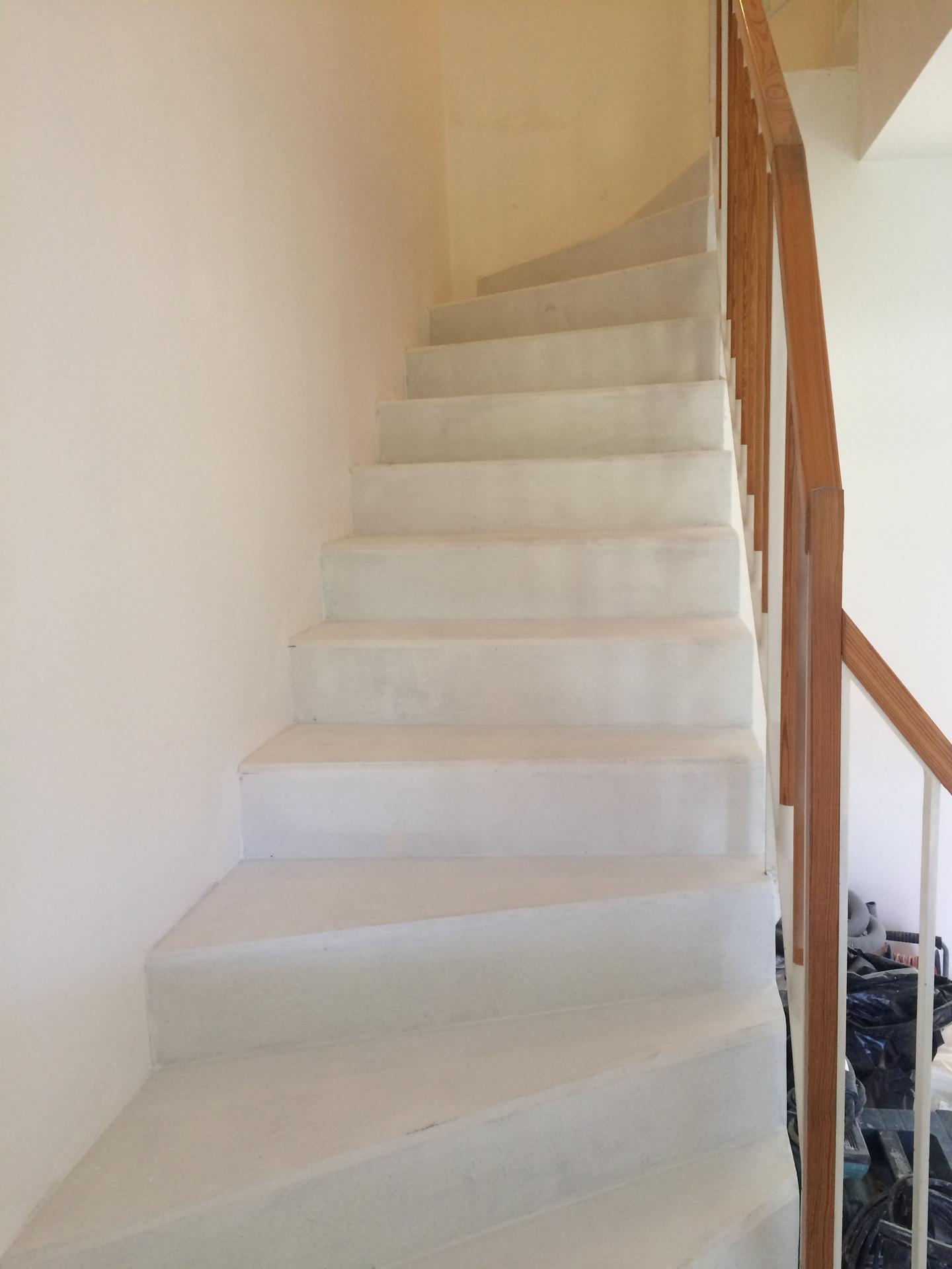 Renovace schodiště - první nátěr nevím čeho
