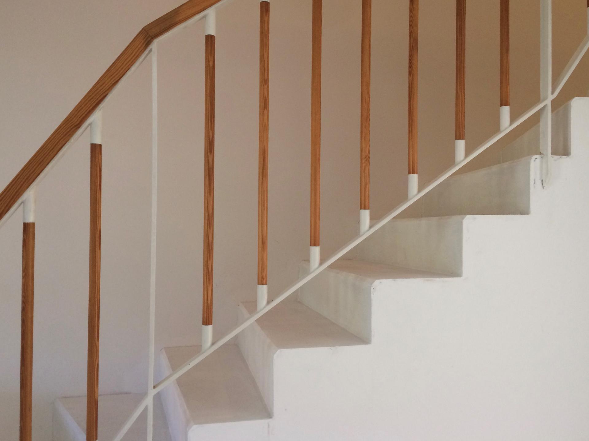 Renovace schodiště - opravené rozbité rohy a hrany, bez použití lišt