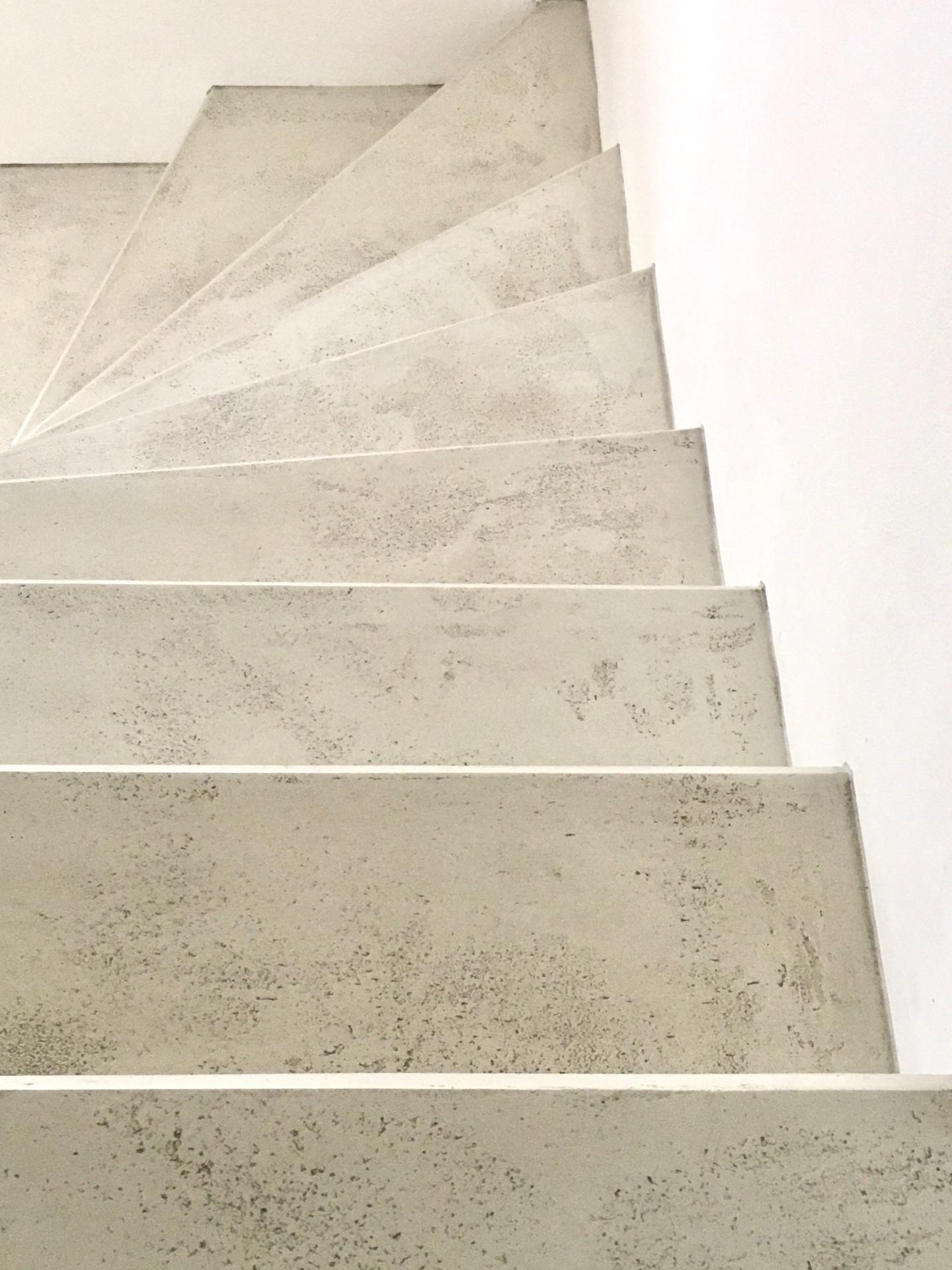 """Renovace schodiště - """"Ano mami, takhle už je to hotové. Ne, už se na to opravdu nic dávat nebude. Jo, vypadá to trochu jako na stavbě :-)))"""""""