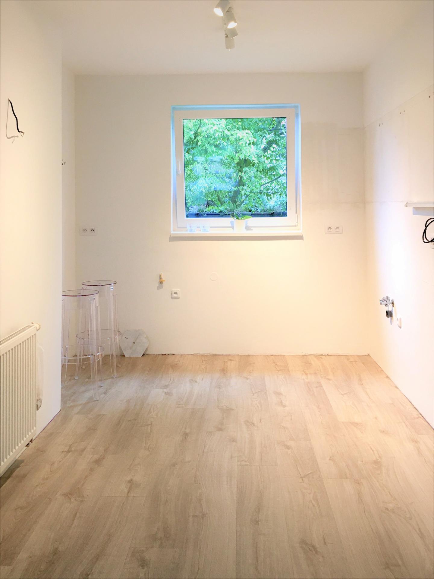 Proměny naší kuchyně - Podlaha položená, Quick Step lepený vinyl