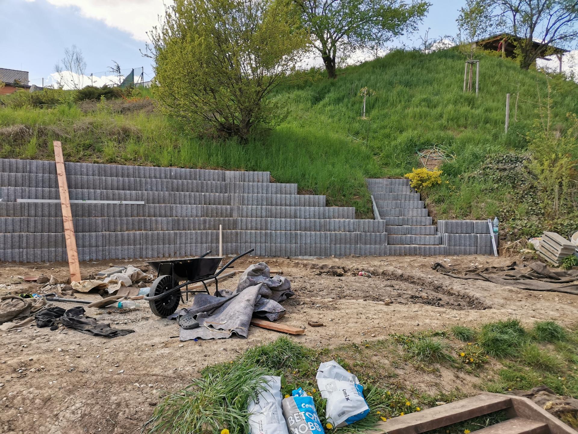 Akce bazén - Abych mohli postavit bazén, bylo nutné nejprve postavit zeď :), překvapivo šlo to rychle