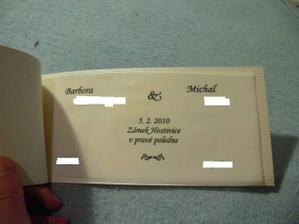 naše oznamko č. 2 (návrh já) - text na pauzáku, vnějšek zlatavo krémový plastický  papír. Ve skutečnosti je mnohem krásnější :-)