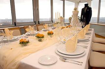 To je barva naší svatby, jen květiny ne tak sytě oranžové.