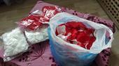 plátky růží (bílé a červené),