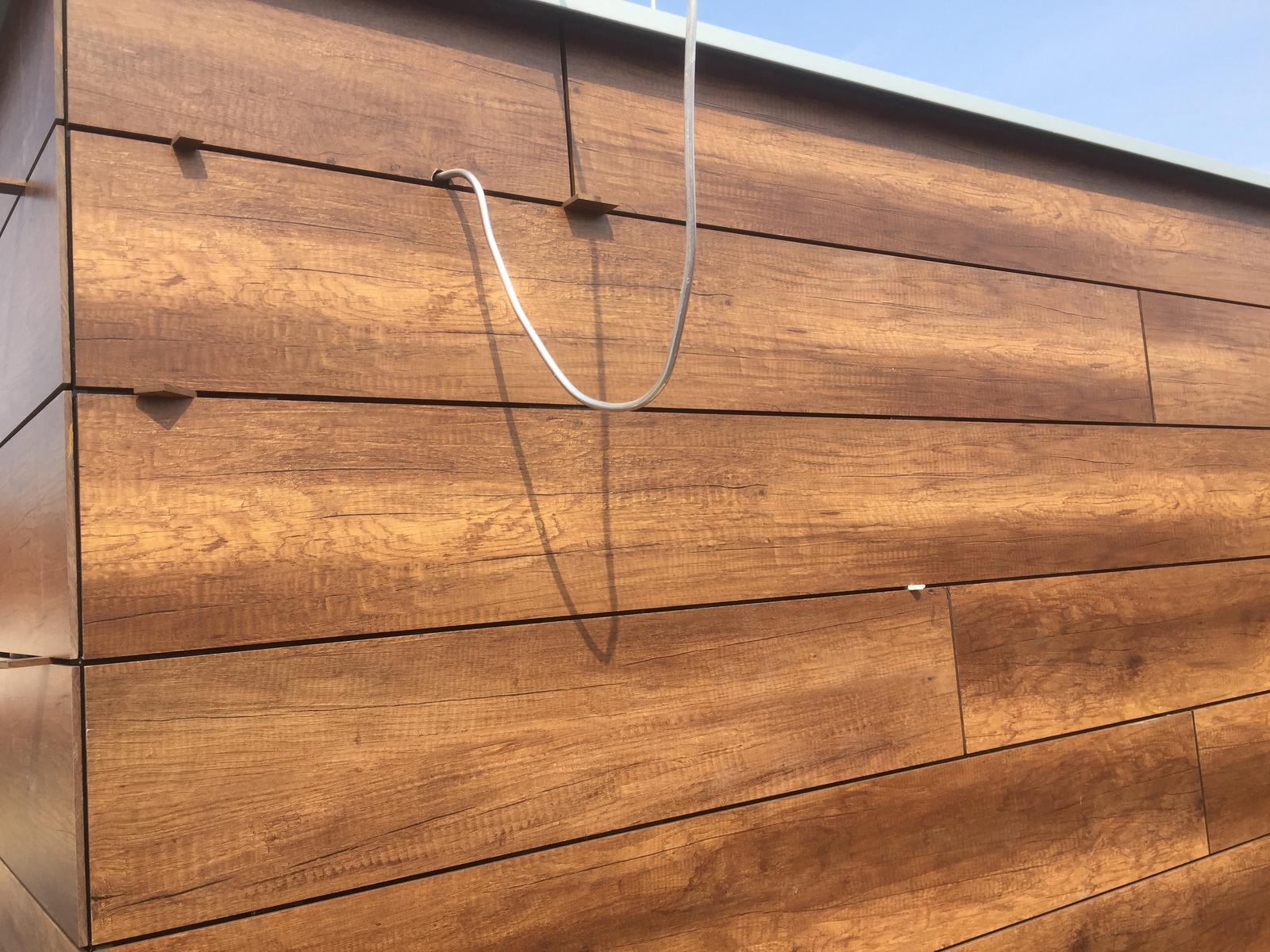 Odvetrané fasády - Odvetraná fasáda Fundermax drevodekor