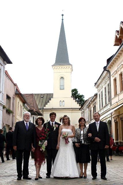 Gabriela{{_AND_}}Adam - nasi rodicia pred Kalvinskym kostolom v Kosiciach