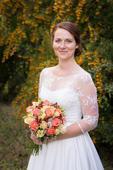 Něžné svatební šaty s krajkovými rukávy, 38