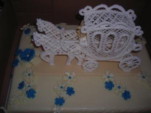 Původní podoba dortu :-( musím dodat, že nám paní která s námi dělala podrobnou vizualizci dortu přednesla úplně něco jiného, nejhorší bylo že marcipán strašně tek