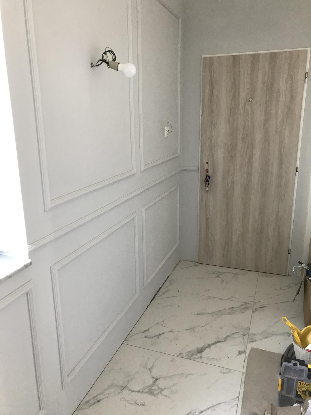 Heslo: Extravagancia & Luxus ❤️ - V prvom okne pri dverách je schovaná krabica s vodou!!! Do detailu! Nemôžeme si dovoliť aby tam strašili také elementy🤦♀️😂 PS: dvere sú dočasné kým nám neprídu zamontovať viedenské!
