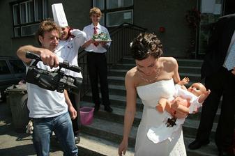 Trošku komedie s přebalováním.....tato fotka nejslušnější, na ostatních držím mimčo hlavou dolů :o Sranda musí být...