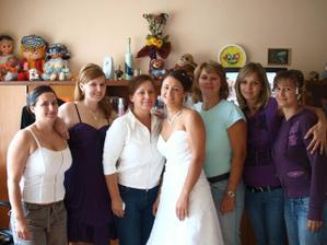 ... jediná foto kde sú všetky sestry :°) najmladšia Veronika, Ivka,najstaršia Stanka,prostredná ja,teta Martuška,predposledná Dominika,druhá staršia Janka (z prava)
