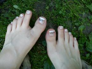 :) :) paznechtíky do otevřených botiček. Musela jsem zamaskovat borůvku na palci :)))