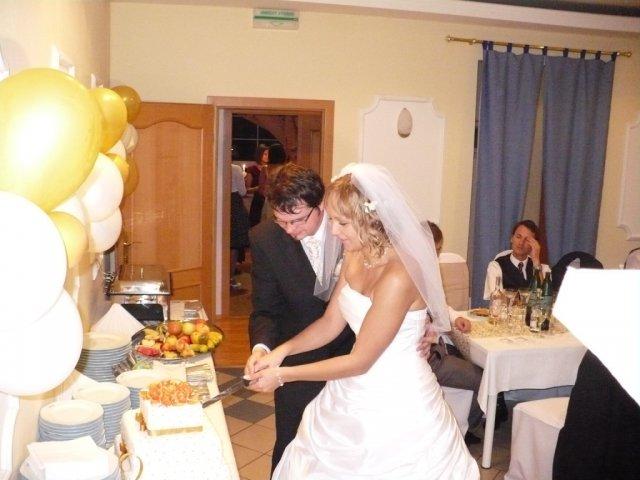 Zuzana Turzová{{_AND_}}Marián Kamenčík - spoločné krájanie svadobnej tortičky