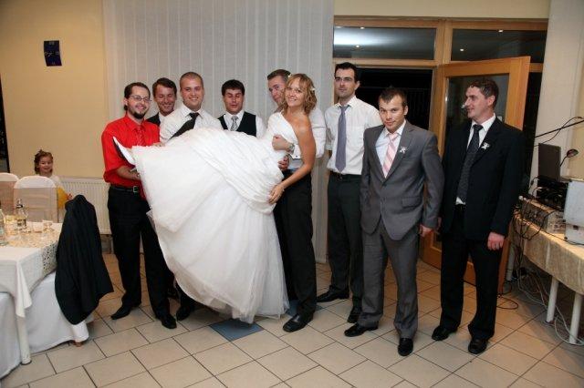 Zuzana Turzová{{_AND_}}Marián Kamenčík - uuu...toľko chlapcov po kope hneď po svadbe:))))hotová katastrofa:)))))))))
