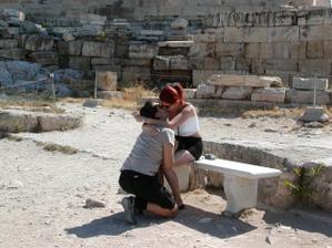 Nase zasnuby pod Akropolou v Grécku v roku 2003.