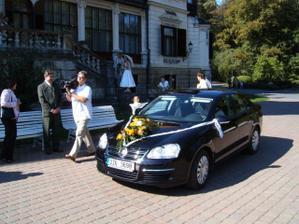 svatební kolona dorazila k zámku