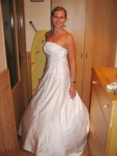 1. zkouška šatů - moc se mi líbily, ale měla je na svatbě švagrová