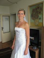 šaty s vybraným náhrdelníkem a menší čelenkou