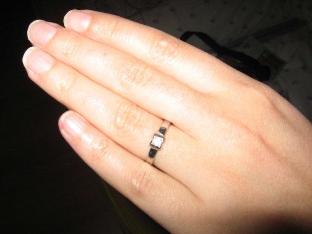 Bude to úžasné!!!!! - môj zásnubný prstienok, dostala som ho 11. 11. 2006 (prepáčte mi tú nezaostrenú fotku, ale lepšie sa mi to nepodarilo)