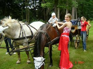 synoveček zatím se svědkyní a maminkou v jedné osobě řádí na koni