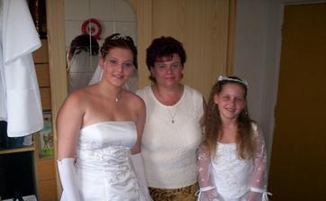 S mamčou a družičkou