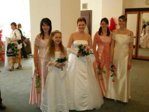 S družičkou a sestřenkama před obřadem
