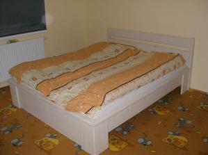 postel je prozatím v budoucím dětském pokoji