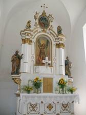 hlavní oltář - více je někdy méně