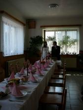 aspoň trochu vidět výzdoba - růžová parea, růžové ubrousky, potpouri, oblázky a bordové svíčky